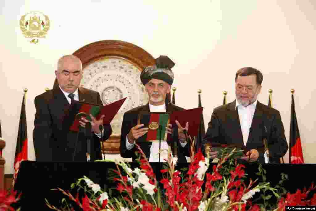 محمد اشرف غنی به تاریخ ۲۹ سپتمبر ۲۰۱۴ به صفت رئیس جمهور افغانستان سوگند یاد کرد و مراسم تحلیف را بر معاونانش به جا آورد.