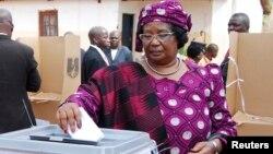 Presiden Malawi Joyce Banda saat memberikan suara dalam pemilu di distrik Malemia (20/5) lalu.