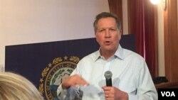 俄亥俄州州长、共和党总统候选人提名约翰·卡西奇在新罕布什尔州选民集会上发表演讲。(龚小夏拍摄 2016年2月9日)