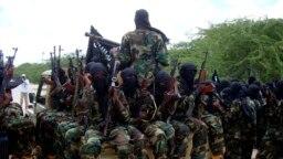 Para anggota kelompok ekstremis al-Shabab menggelar latihan militer di wilayah utara Mogadishu, Somalia, pada 5 September 2010. Mantan pentolan kelompok tersebut Mukhtar Robow Ali kini mendekam sebagai tahanan rumah di Somalia. (Foto: AP/Farah Abdi Warsameh)