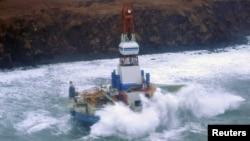 Las olas golpean la plataforma Kulluk frente a las costas de la isla Sitkalidak, en Alaska.