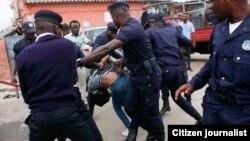 Polícias agridem cidadãos por alegadamente violarem o confinamento obrigatório. Avenida dos Antigos Combatentes, Bissau. Guiné-Bissau, 19 de abril, 2020