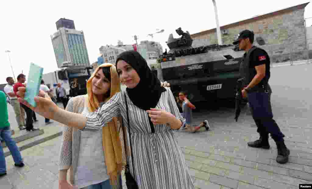 ភ្ញៀវទេសចរជនជាតិអាល់ហ្សេរី ថតរូបSelfie នៅខាងមុខរថក្រោះដែលបោះបង់ចោលបន្ទាប់ពីរដ្ឋប្រហារមិនបានសម្រេច នៅទីលាន Taksim Square ក្នុងទីក្រុងIstanbul ថ្ងៃទី១៧ ខែកក្កដា ឆ្នាំ២០១៦។