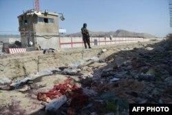 Kabil Havaalanı'nda Perşembe intihar saldırısının düzenlendiği noktada devriye gezen bir Taleban savaşçısı