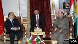 Menteri Dalam Negeri Turki Besir Atalay mengadakan pertemuan dengan Presiden Kurdistan Massoud Barzani (kanan) di Erbil.
