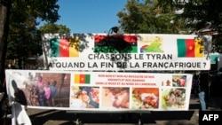 """""""Chassons le tyran"""", lit-on sur une banderole lors d'une manifestation contre le président camerounais Paul Biya, près de l'ambassade du Cameroun à Paris (France), le 22 septembre 2020."""