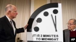 Elex gobernador de California, Jerry Brown, y el ex secretario de Defensa, William Perry, develan el Reloj Apocalíptico durante una conferencia de prensa en la sede en Washington del Boletín de los Científicos Atómicos.