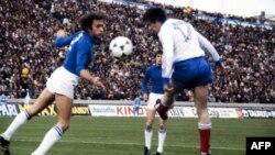 O defesa italiano Mauro Bellugi (esq) disputa a bola com o avançado francês Bernard Lacombe (dir) no Mundial de 1978