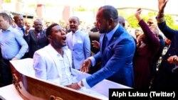 """La """"résurrection"""" du pasteur Alph Lukau, de l'Eglise protestante Alleluia Ministries International, le 24 février 2019. (Twitter/Alph Lukau)"""