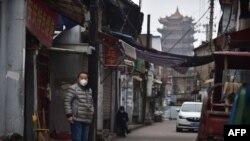 武漢黃鶴樓旁一條巷子裡站著一個帶著口罩的男人 (2020年2月26日)