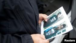 一名德国警察手拿一名恐怖嫌疑人照片