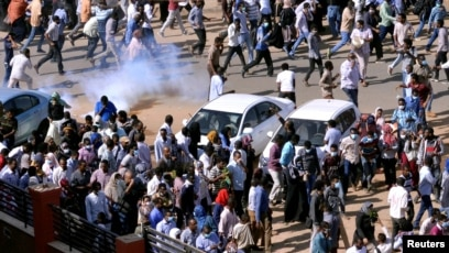 sudan police break up new protests as opposition leader arrested