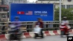 Poster quảng bá hội nghị thượng định Mỹ-Triều Tiên dựng bên đường ở Hà Nội, ngày 21 tháng 2, 2019.