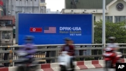 越南民眾觀看有關美朝二次峰會的廣告招牌和視頻(2019年2月21日)