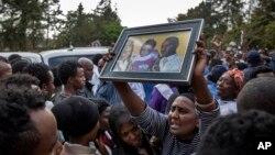 Des familles pleurent sur les victimes de l'accident, à Addis Abeba, Éthiopie, le 13 mars 2017.