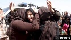 Warga Yazidi yang berhasil dibebaskan dari militan ISIS saling berpelukan di pinggiran kota Kirkuk, Irak (foto: dok).