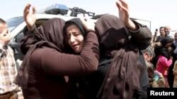 지난달 8일 이라크 북부 키르쿠크 외곽 지역에서 수니파 무장단체 ISIL에 억류되었다가 풀려난 야지디족 여성들이 서로 부둥켜 안고 있다. (자료사진)