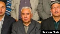 资料照:努尔穆罕默德·土赫提(中)在新疆首府乌鲁木齐参加一次学术界会议。