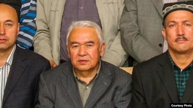 一名被关入新疆再教育营的维吾尔著名作家死亡