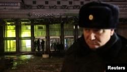 Một cảnh sát đứng gác trước siêu thị sau một vụ nổ ở St Petersburg, Nga, ngày 27 tháng 12, 2017.