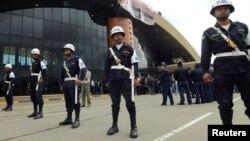 Soldados bolivianos tomaron el aeropuerto de Cochabamba mientras el presidente Evo Morales anunciaba su nacionalización.