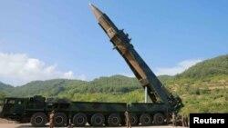북한이 4일 대륙간탄도미사일(ICBM) '화성-14' 발사에 성공했다고 발표했다. 사진은 이동식발사대에서 발사 준비 중인 '화성-14'.
