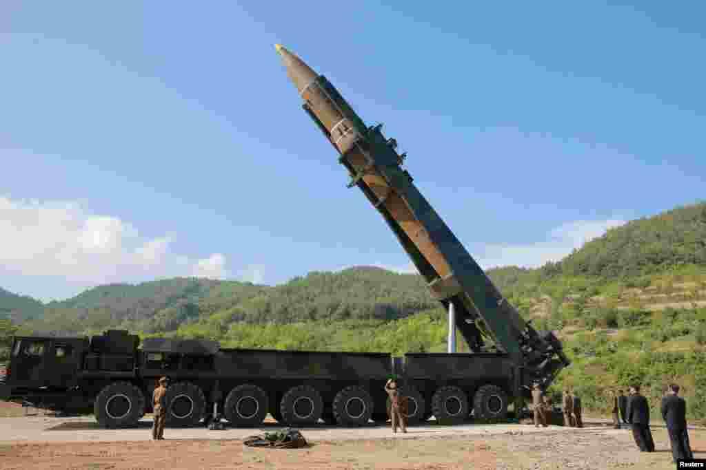 북한이 4일 대륙간탄도미사일(ICBM) '화성-14형' 발사에 성공했다고, 관영 조선중앙TV가 발표했다. 사진은 발사를 앞둔 '화성-14'.