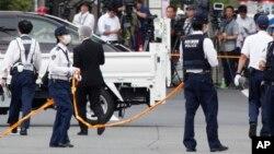 Des policiers sur la scène où un homme brandissant un couteau a attaqué des gens à Kawasaki, près de Tokyo, le mardi 28 mai 2019.