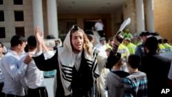 یک یهودی متدین به قربانیان رویداد کنیسه دعا می کند
