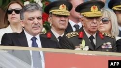 Tổng thống Thổ Nhĩ Kỳ Abdullah Gul (trái) và Ðại tướng Isik Kosaner, cựu Tổng tham mưu trưởng quân đội tại Ankara, Thổ Nhĩ Kỳ (ảnh tư liệu ngày 19 tháng 5, 2011)