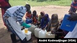 Un agent du MSF traite l'eau avec du chlore dans un village au Tchad, 21 septembre 2017. (VOA/André Kodmadjingar)