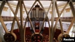 Sebuah gereja di Jakarta tampak sepi, 5 April 2020. (Foto: Reuters)