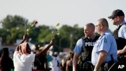 Vụ một cảnh sát da trắng bắn chết một thiếu niên da đen ở Ferguson đã châm ngòi cho một cuộc tranh cãi về những chia rẽ sắc tộc ở Mỹ .