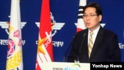 """8일 정례브리핑 중인 김민석 한국 국방부 대변인. 북한이 4차 핵실험을 준비 중인 징후가 포착됐다는 일부 보도와 관련해, """"현재 (풍계리에서의) 활동은 핵실험 징후로 보지 않는다""""고 밝혔다."""