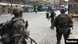 La police suédoise surveillant un quartier de Stockholm après une attaque par camion, en Suède, le 7 avril 2017.