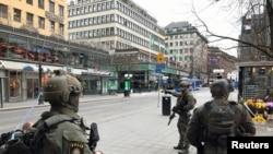 守卫在斯德哥尔摩卡车袭击现场附近的瑞典警察。(2017年4月7日)