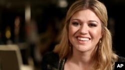 Kelly Clarkson debuta en la cartelera country esta semana con un nuevo sencillo.