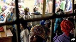 Người tị nạn Congo ngồi trong trung tâm chuyển tiếp ở Nkamia, miền tây Rwanda