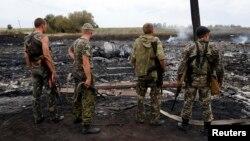 Rossiyaparast kuchlar halokat joyini ko'zdan kechirmoqda, 17-iyul, 2014