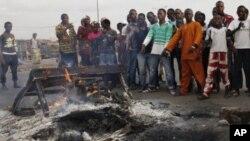 Des partisans de Ouattara montrent ce qu'ils disent être les restes de trois soldats pro-Gbagbo dans le quartier d' bobo, à Abidjan (7 mars 2011)