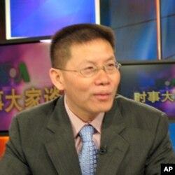 傅希秋博士接受美國之音電視採訪(資料照片)