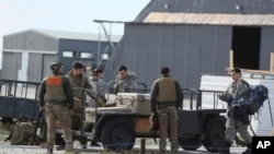 El equipo de rescate del ejército chileno prepara su equipo antes de partir para buscar un avión de transporte Hércules C-130 perdido, en la base aérea de Punta Arenas, Chile, el miércoles 11 de diciembre de 2019.