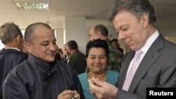 El presidente Juan Manuel Santos conversa con el policía Librado Forero, uno de los rehenes liberados por las FARC.