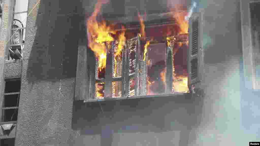 Будинок охоплений вогнем у Гомсі.
