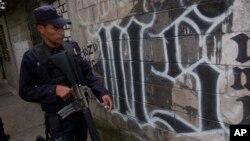 Fuerzas del gobierno salvadoreño patrullan las calles en un barrio de San Salvador