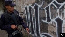 Los soldados ofrecían seguridad a una terminal de autobuses en la periferia este de la capital de El Salvador.