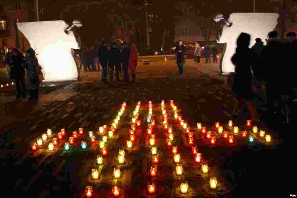 Около Мемориала памяти жертвам Голодомора 1932-33 годов в Киеве лампадками с огнем на каменных дорожках традиционно в этот день выкладывают символические кресты