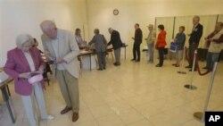 Warga Perancis antri untuk memberikan suaranya dalam Pemilu Parlemen putaran kedua di Louveciennes, 12 kilometer utara Paris (17/6).