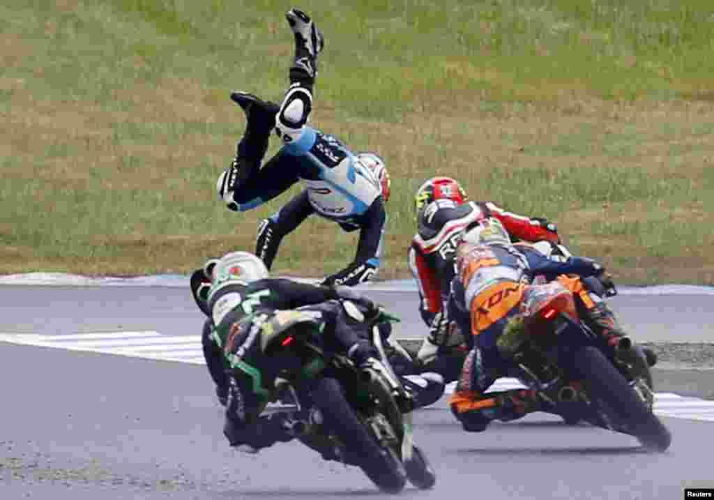 លោក Livio Loi ដែលជាកីឡាករប្រណាំងម៉ូតូ Honda Moto3 របស់ប្រទេសបែលហ្ស៊ិកដួលក្នុងពេលប្រកួត Grand Prix របស់ជប៉ុននៅទីលានប្រកួត Twin Ring Motegi នៅភាគខាងជើងប្រទេសជប៉ុន។