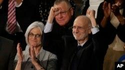Alan Gross, acompañado de su esposa, Judy, responde a los aplausos durante el discurso sobre el estado de la nación del presidente Obama, en enero de 2015.